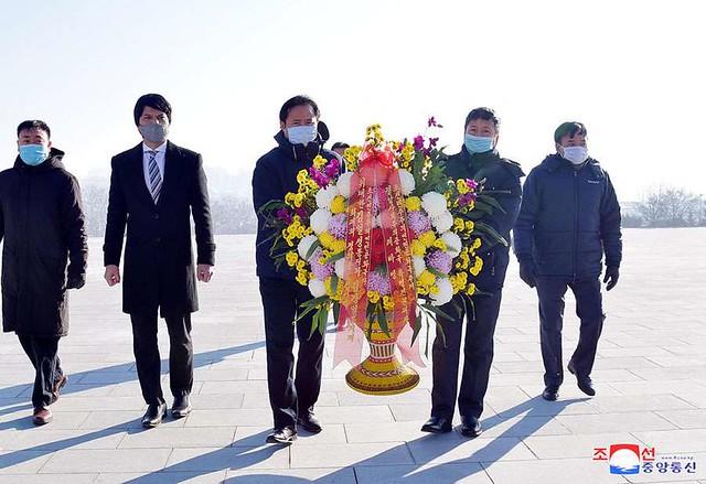 위대한 수령 김일성동지와 위대한 령도자 김정일동지의 동상에 윁남대사관 성원들 꽃바구니 진정 - Vietnamese Embassy Members Pay Floral Tribute to Statues of President Kim Il Sung and Chairman Kim Jong Il