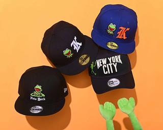 New Era × 科米蛙 攜手推出多種聯名帽款!托腮傻笑的科米蛙太可愛