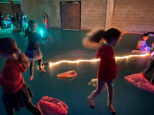 2de leerjaar - Dansen op klassieke muziek in het licht en in het donker