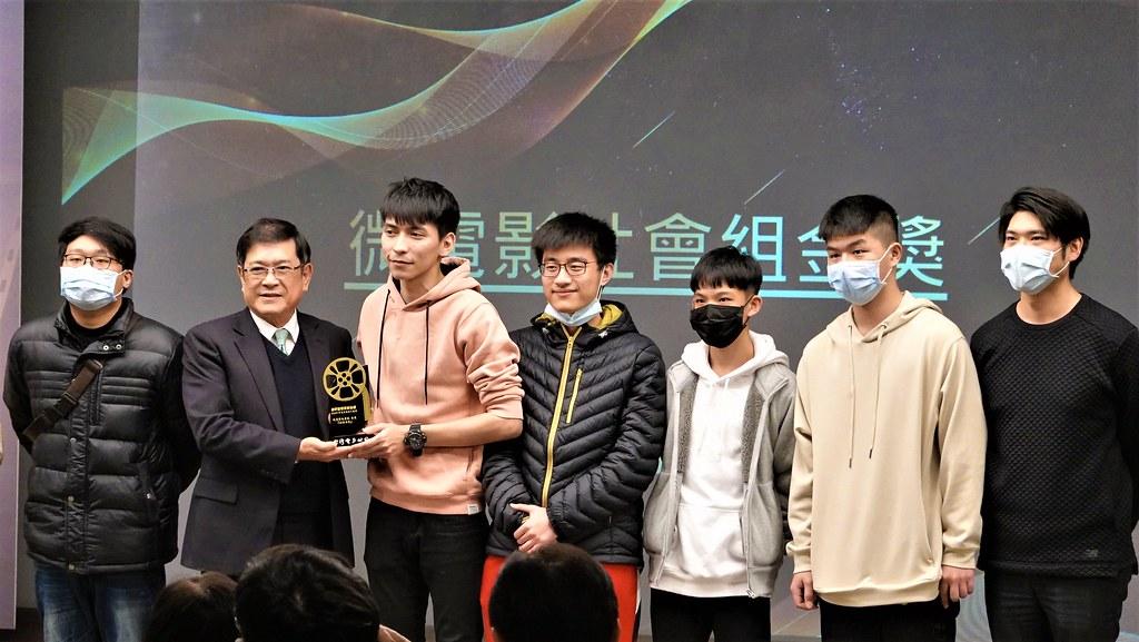 台電董事長楊偉甫(左二)頒獎給節電創意短片競賽微電影社會組冠軍團隊。孫文臨攝