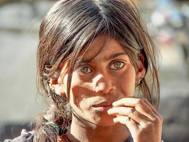 Ladakh - Portrait d' une adolescente dans les rues de Leh.