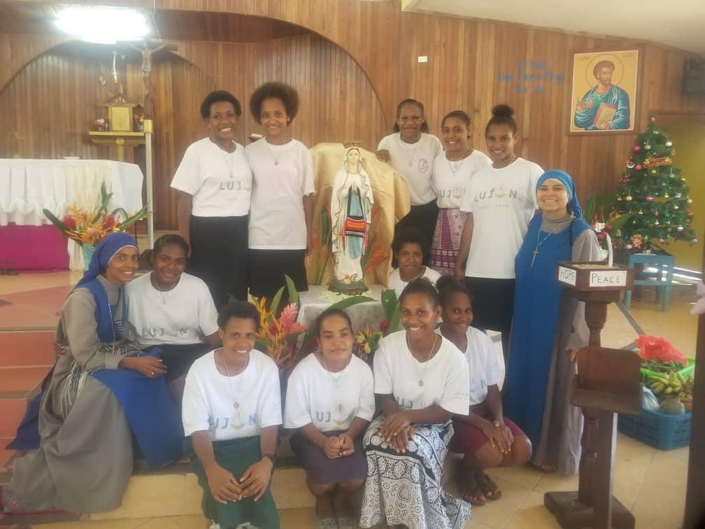 Chicas del hogar que se consagraron a la Virgen en Papúa