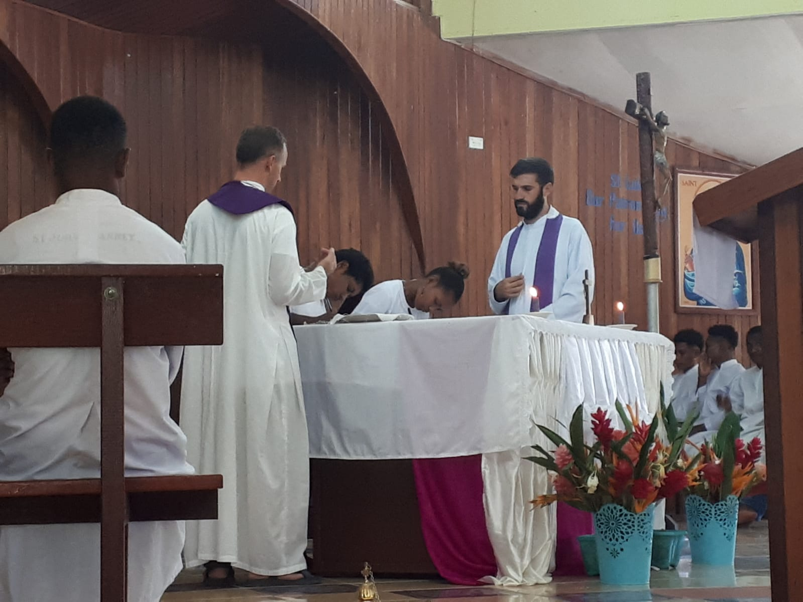 Consagración a María de 95 jóvenes en Papúa