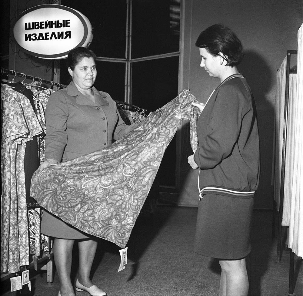 1970-е. В ассортиментном кабинете швейной фабрики.