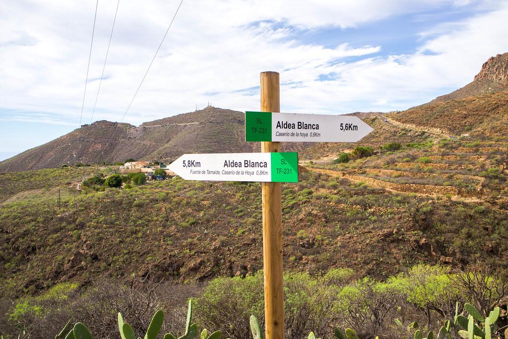 Señales indicando el camino a seguir hacia Aldea Blanca en Tenerife