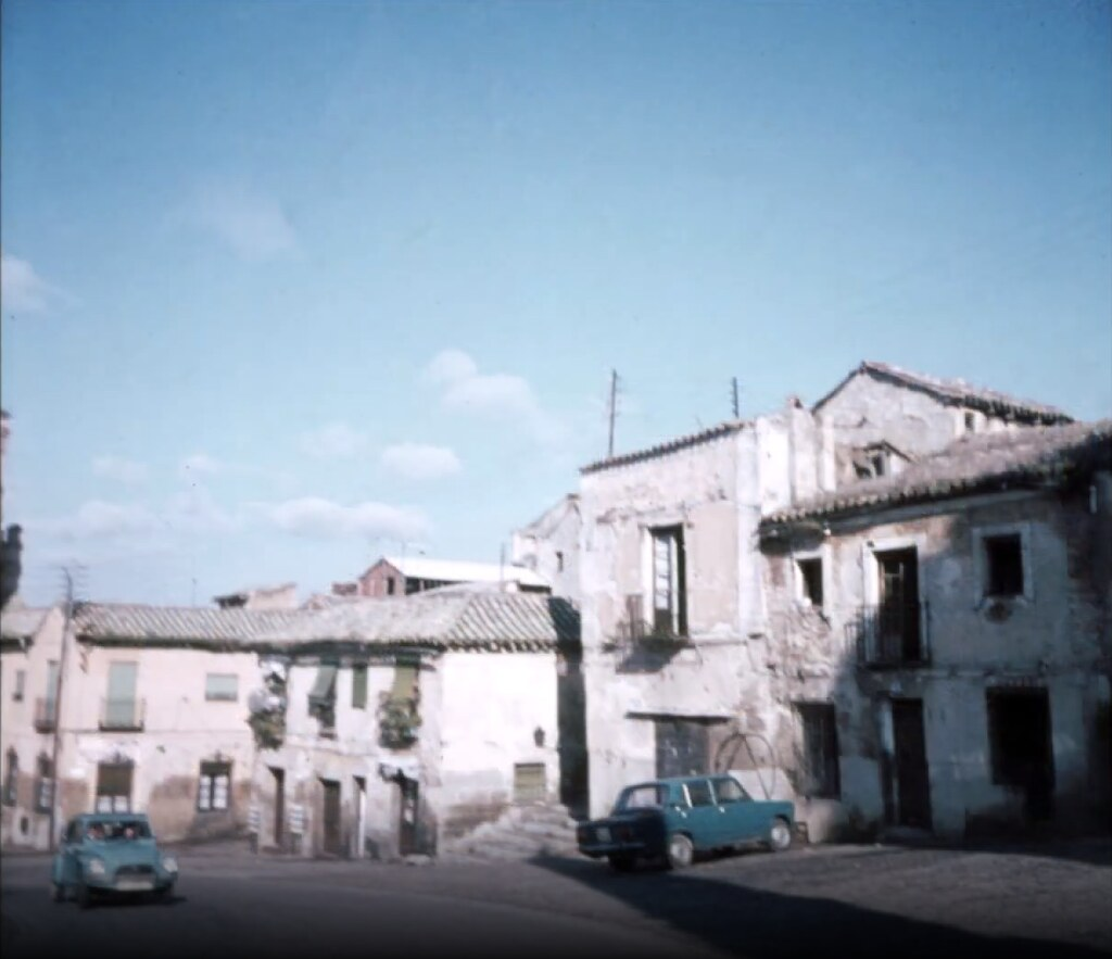 Calle Reyes Católicos junto a la Puerta del Cambrón de Toledo el 30 de diciembre de 1977. Fotografía de Peter Laurence