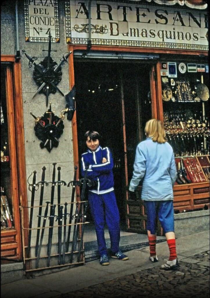 Tienda de damasquinos en la Plaza del Conde de Toledo el 30 de diciembre de 1977. Fotografía de Peter Laurence