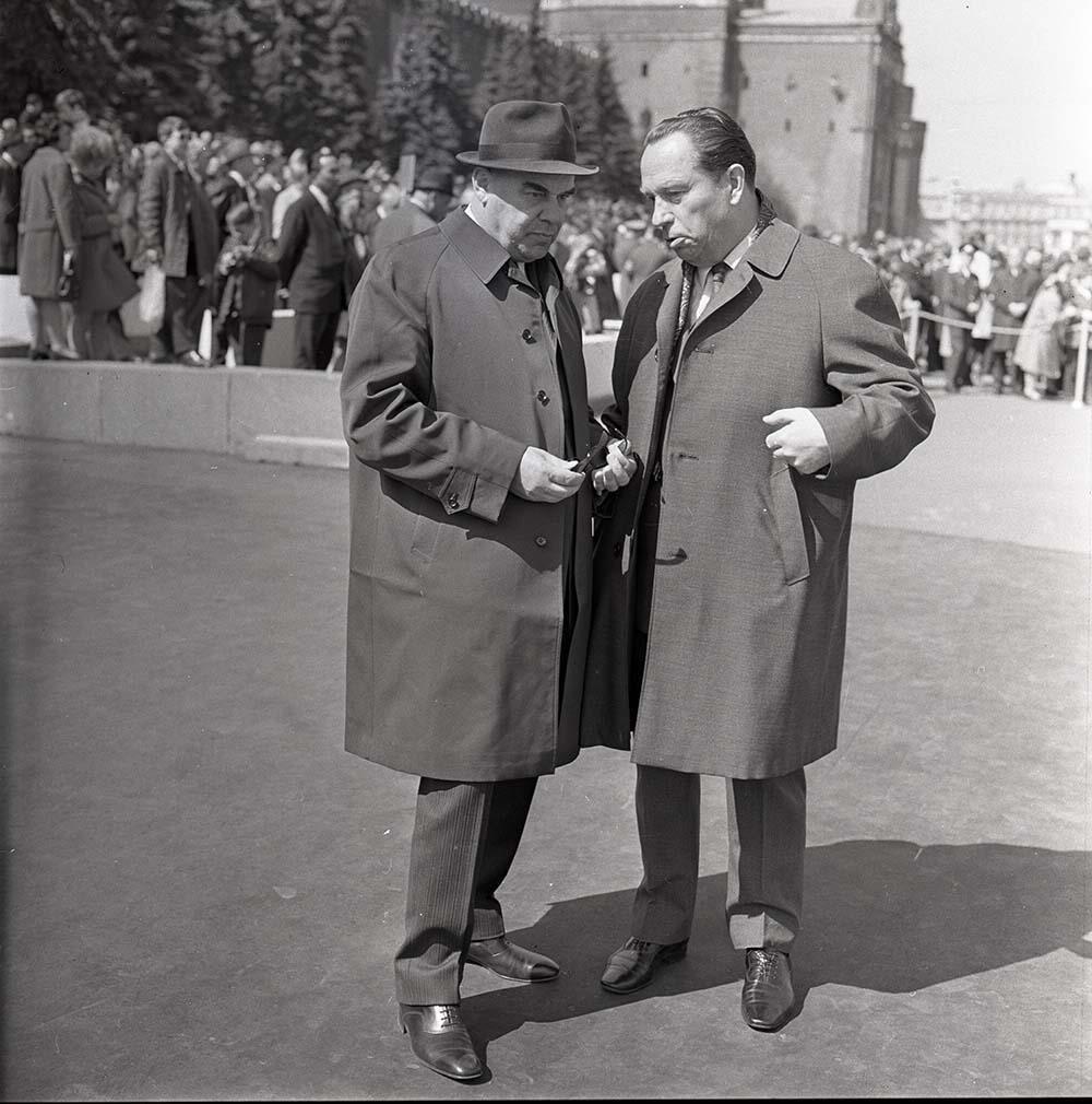 1970-е. Сотрудник органов госбезопасности А.Н.Малыгин и Председатель исполкома Моссовета В. Ф.Промыслов на первомайской дем ( (3)
