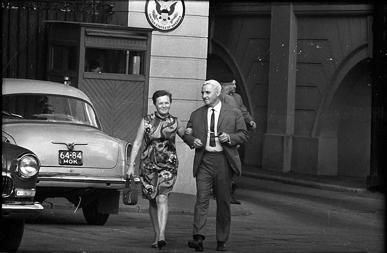 1970-е. «После приема». Поэт Константин Симонов с супругой Ларисой Ждановой. Спасопесковский переулок, 10 (резиденция посла США)