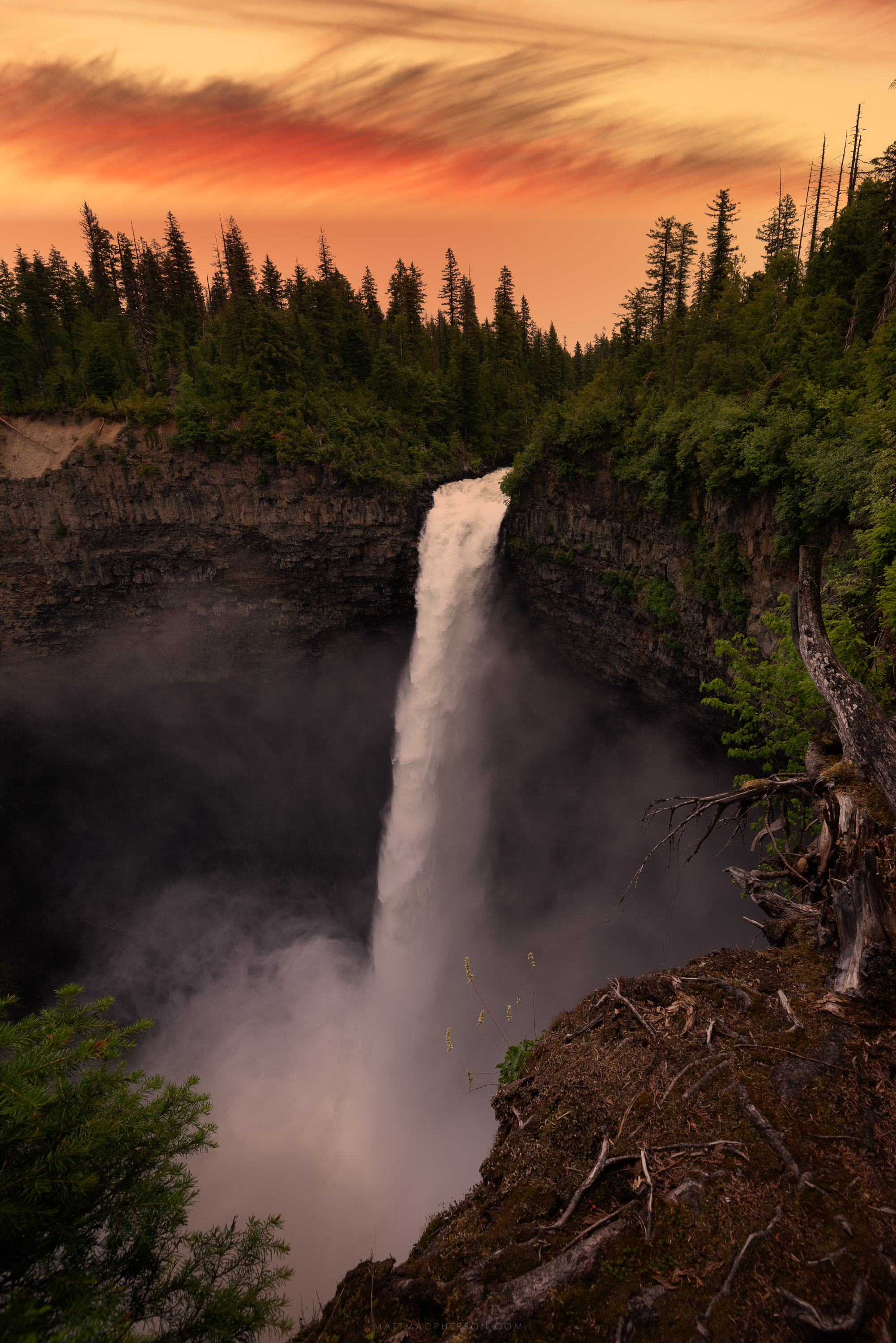 The loudest waterfall I've ever encountered... Helmcken Falls, British Columbia [OC][3000x2000]