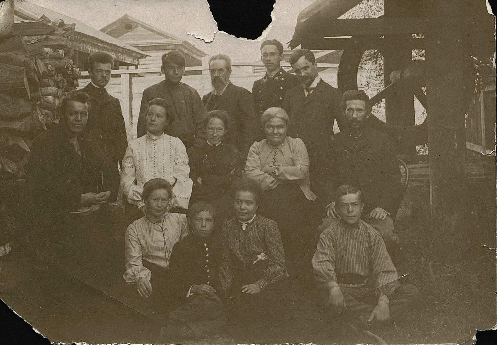 17.Представители передовой иркутской интеллигенции, группировавшиеся вокруг площадки, где велось бесплатное обучение детей. 1904-1905.1