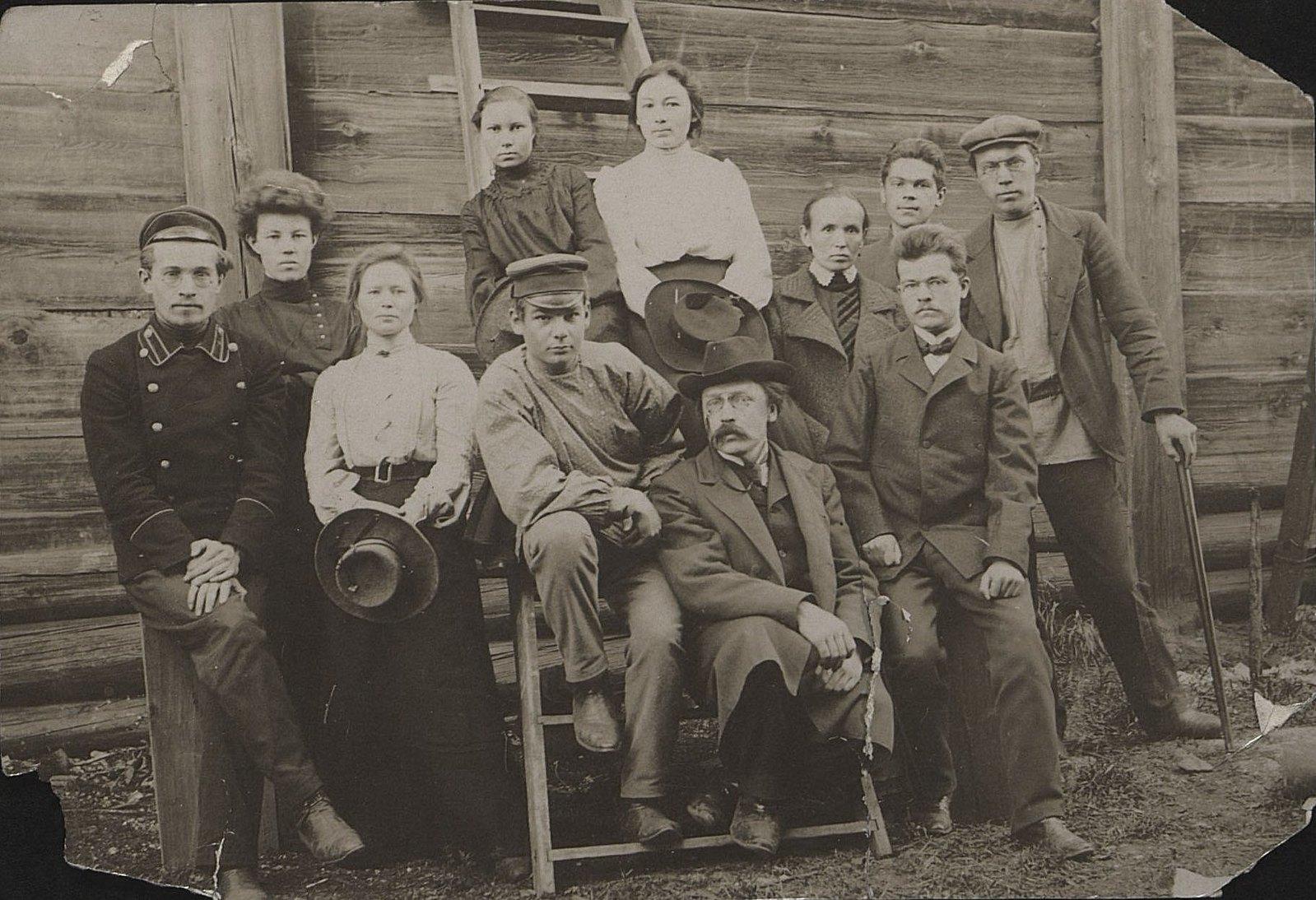 16. Представители передовой иркутской интеллигенции, группировавшиеся вокруг площадки, где велось бесплатное обучение детей. 1904-1905.