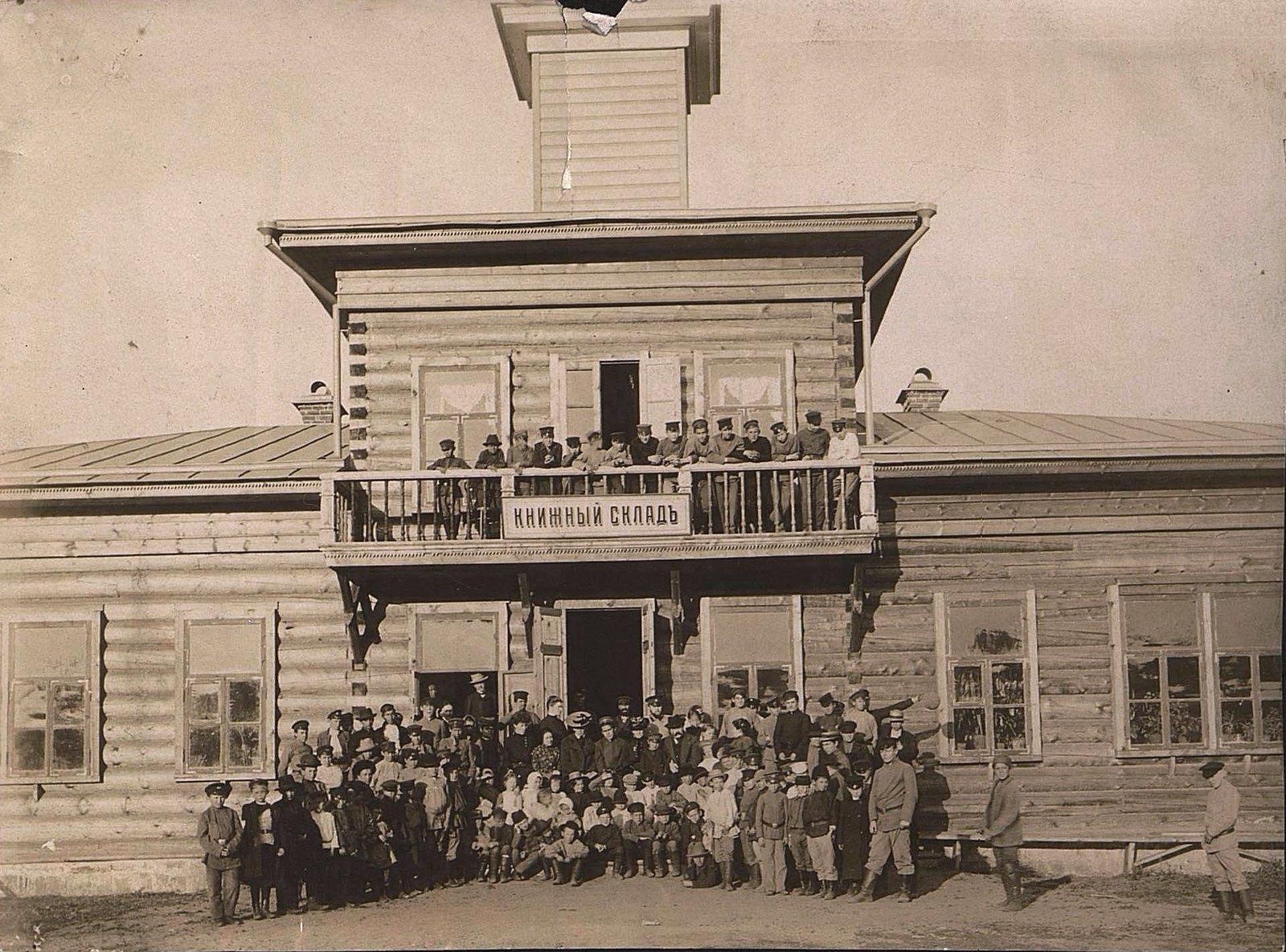 15. Представители передовой иркутской интеллигенции, группировавшиеся вокруг площадки, где велось бесплатное обучение детей. 1904-1905