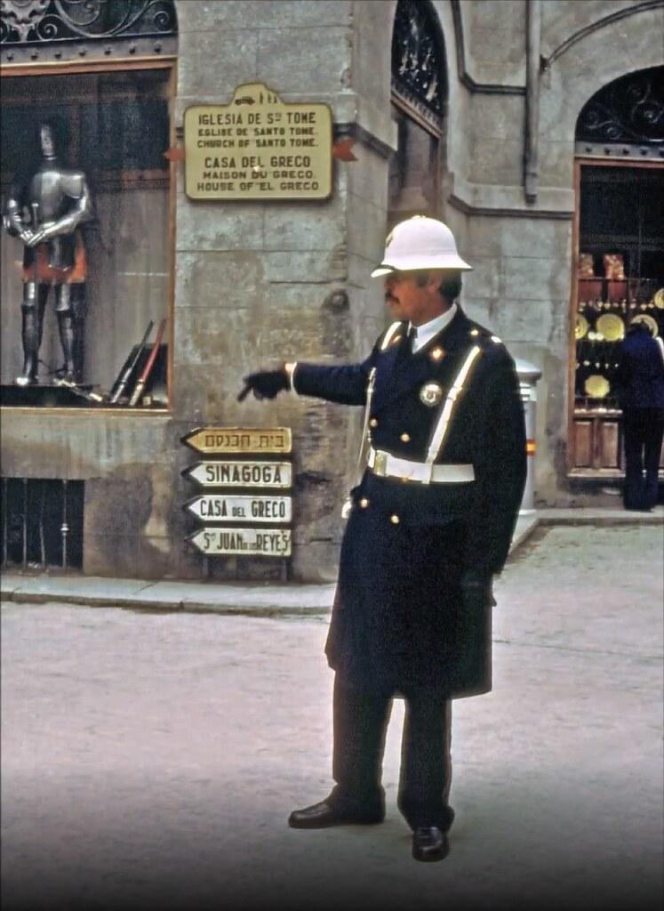 Guardia de tráfico en la esquina entre calle Trinidad y Arco de Palacio en Toledo el 30 de diciembre de 1977. Fotografía de Peter Laurence