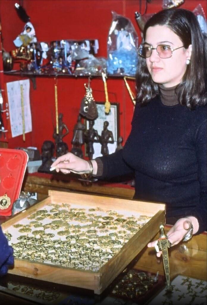 Tienda de damasquinos en Toledo el 30 de diciembre de 1977. Fotografía de Peter Laurence