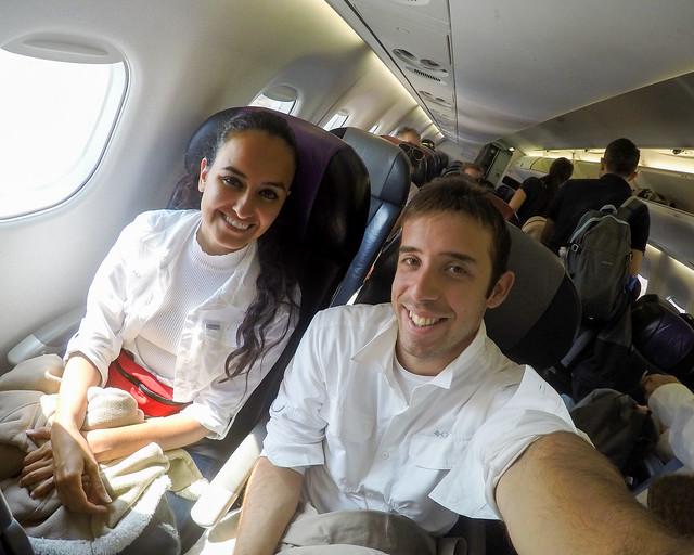Sentados en el interior de un avión