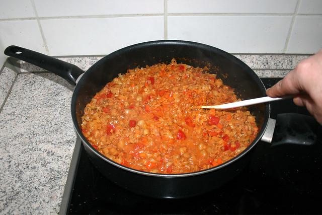 33 - Stir pasta with sauce / Nudeln mit Sauce verrühren