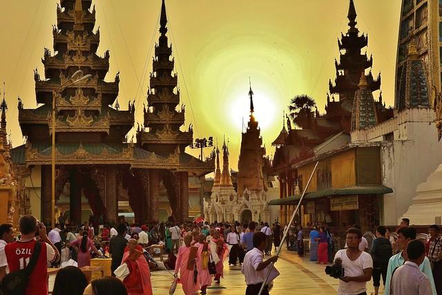 Myanmar/ Burma, Yangon, Die prächtigste Pagode - der Shwedagon, religiöses Zentrum des Landes.  Die Sonne geht langsam unter und es wird Abend.  (en explore) 78085/13255