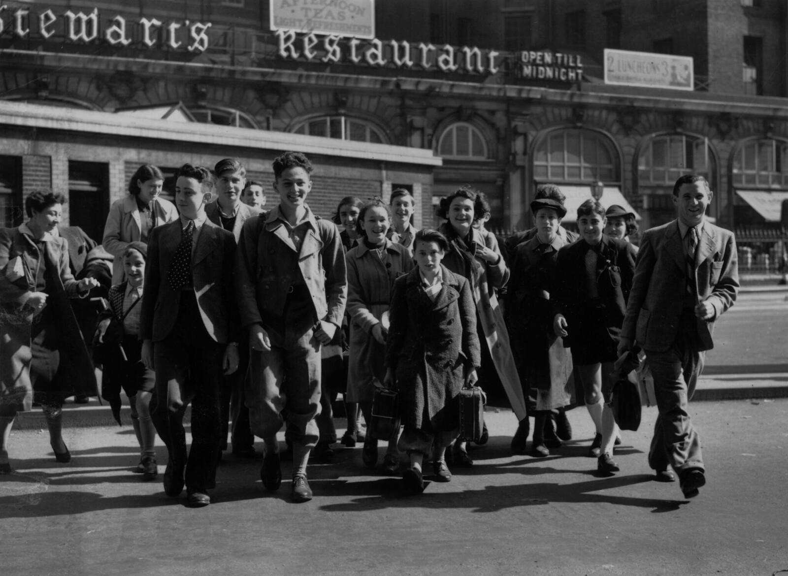 15. Группа еврейских детей на вокзале Виктория в Лондоне собирается эмигрировать в Палестину