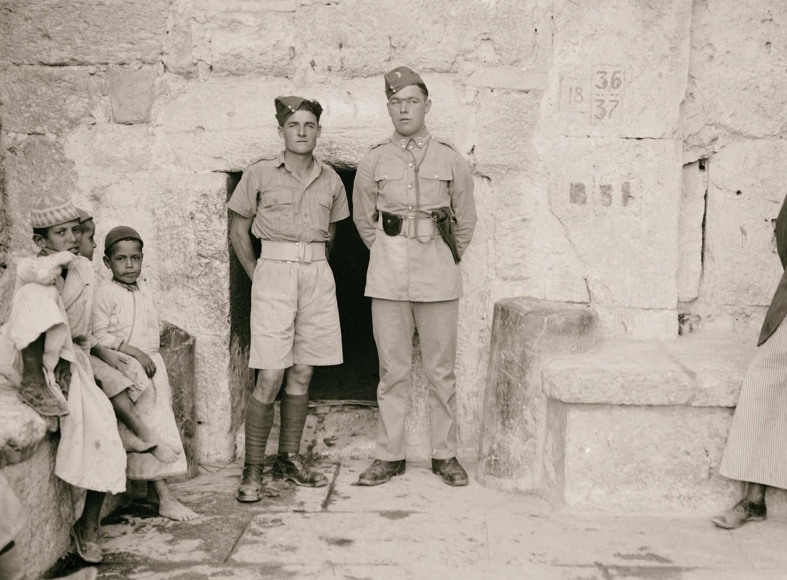 09. Вифлеем. Британские солдаты в дверях церкви Рождества Христова