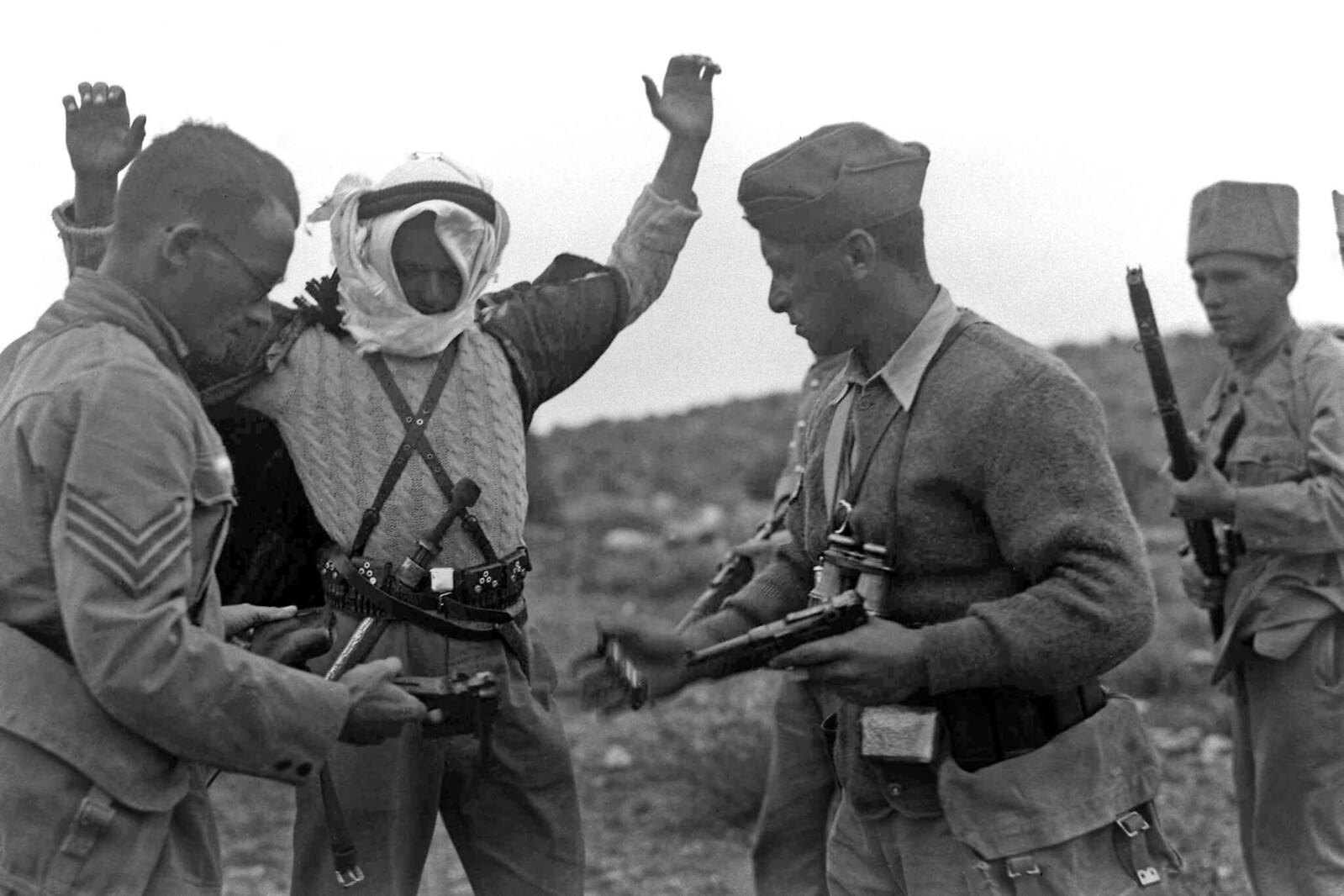 08. Сотрудники полиции еврейских поселений разоружают арабского мародера, пойманного возле кибуца Рамат Давид