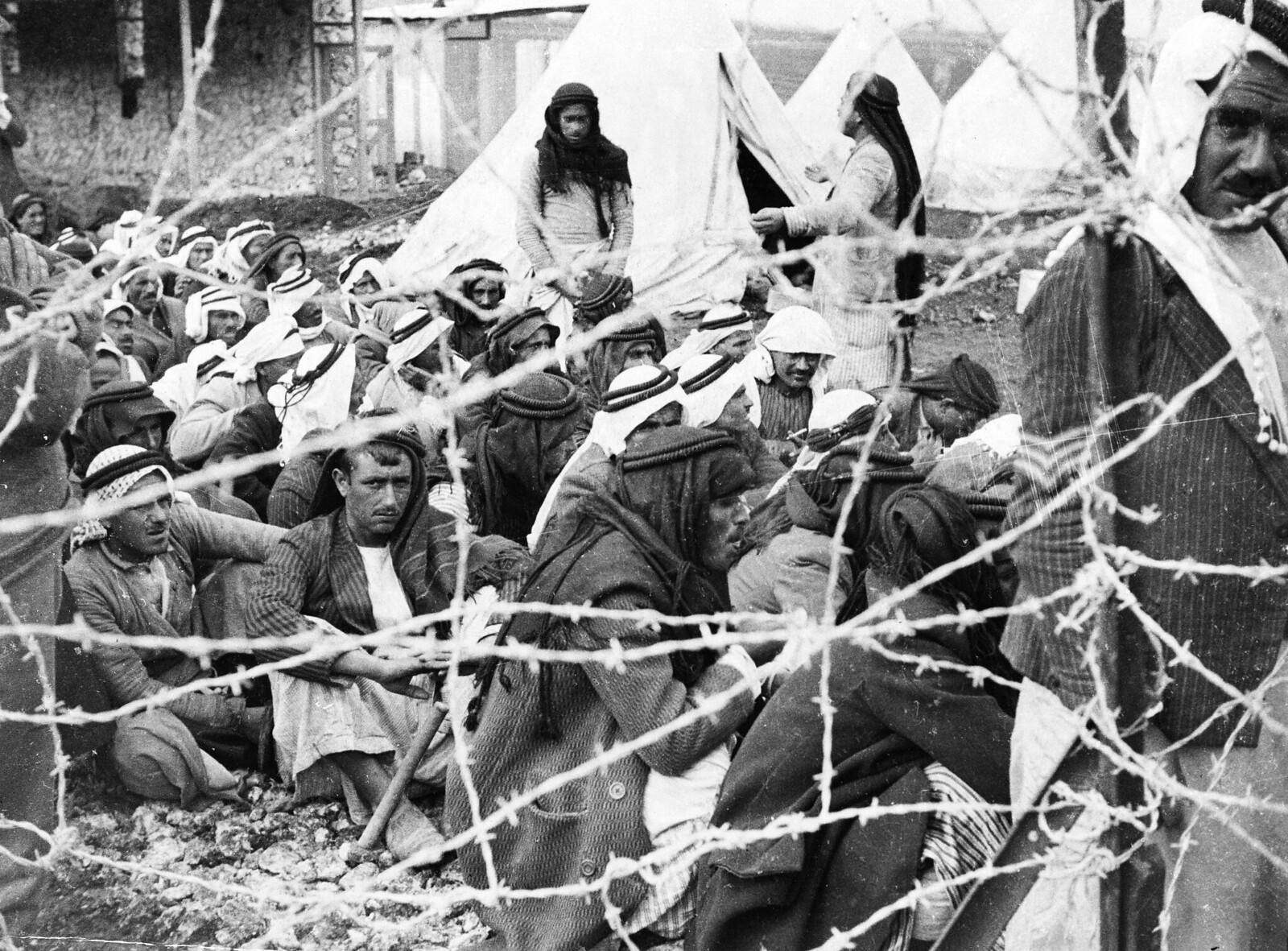 06. Арабские заключенные за колючей проволокой в концлагере для мятежников, расположенном в Дженине