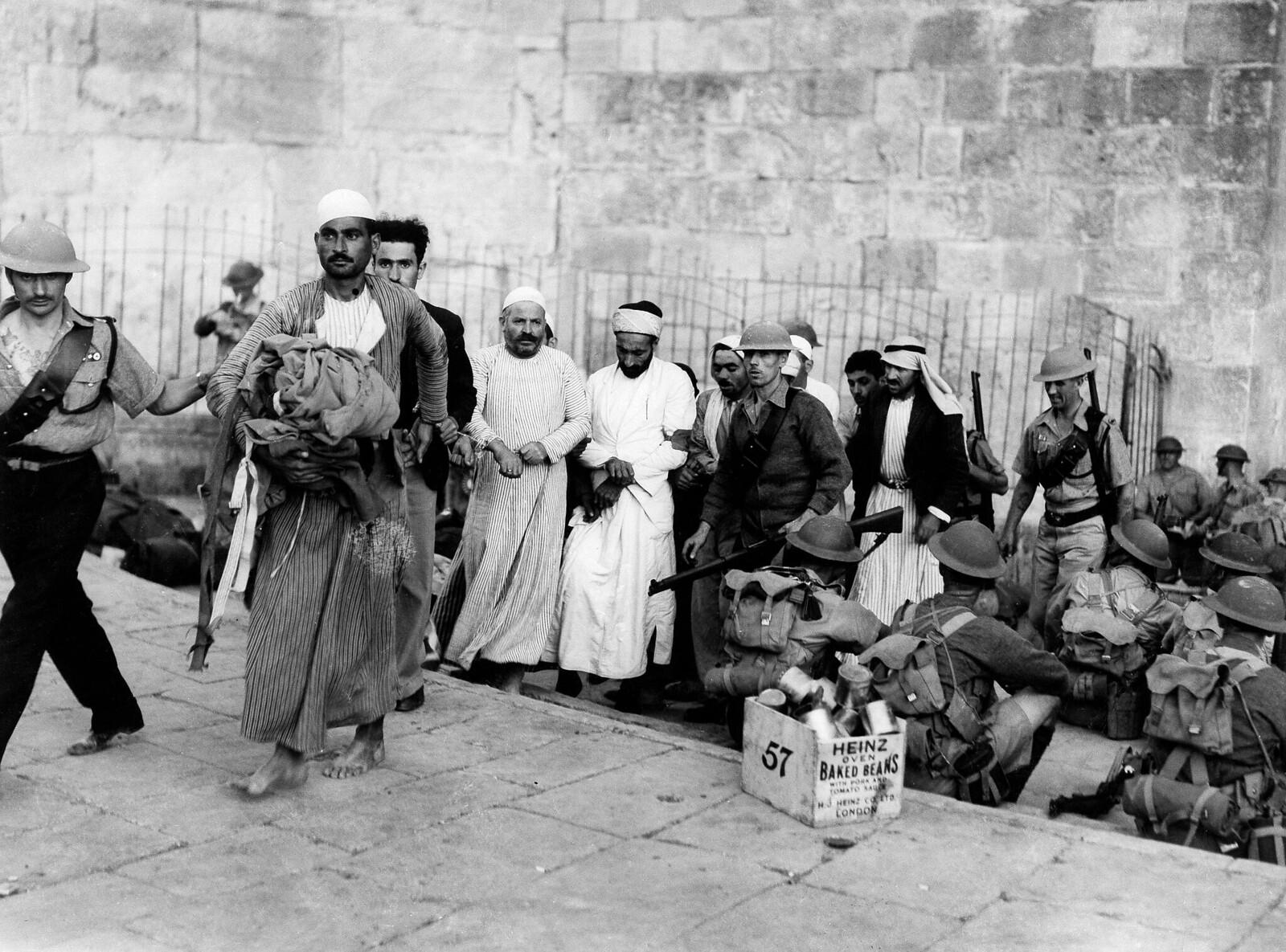 05. Арестованных арабов уводят британские военные из старого города в Иерусалиме