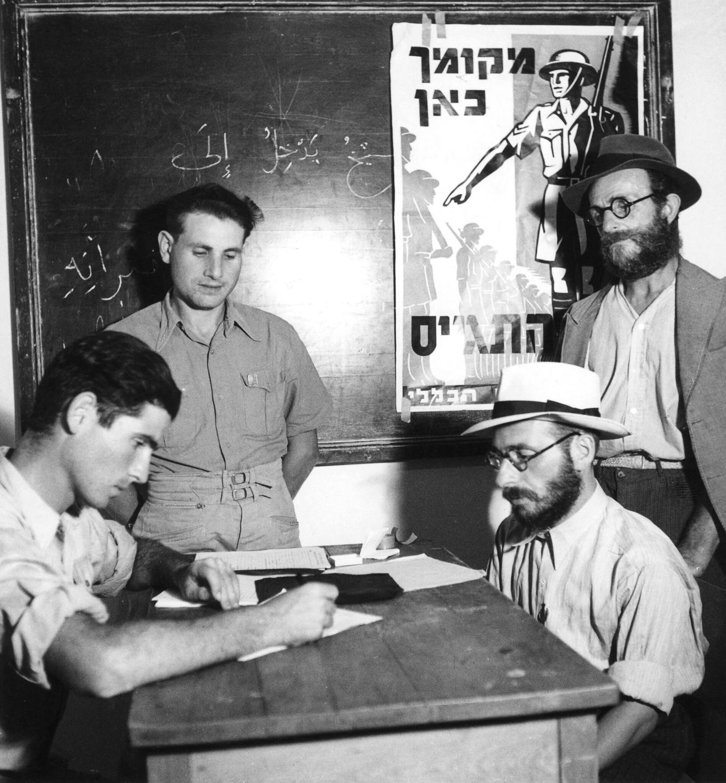 13. Еврейские добровольцы присоединяются к британской армии в Палестине после начала Второй мировой войны