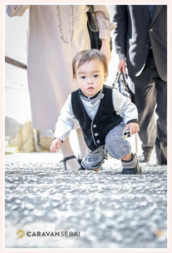 階段を登る男の子 1歳