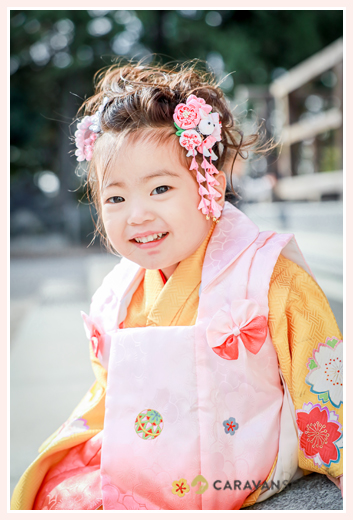 七五三 3歳の女の子 衣装はオレンジの着物にピンクの被布