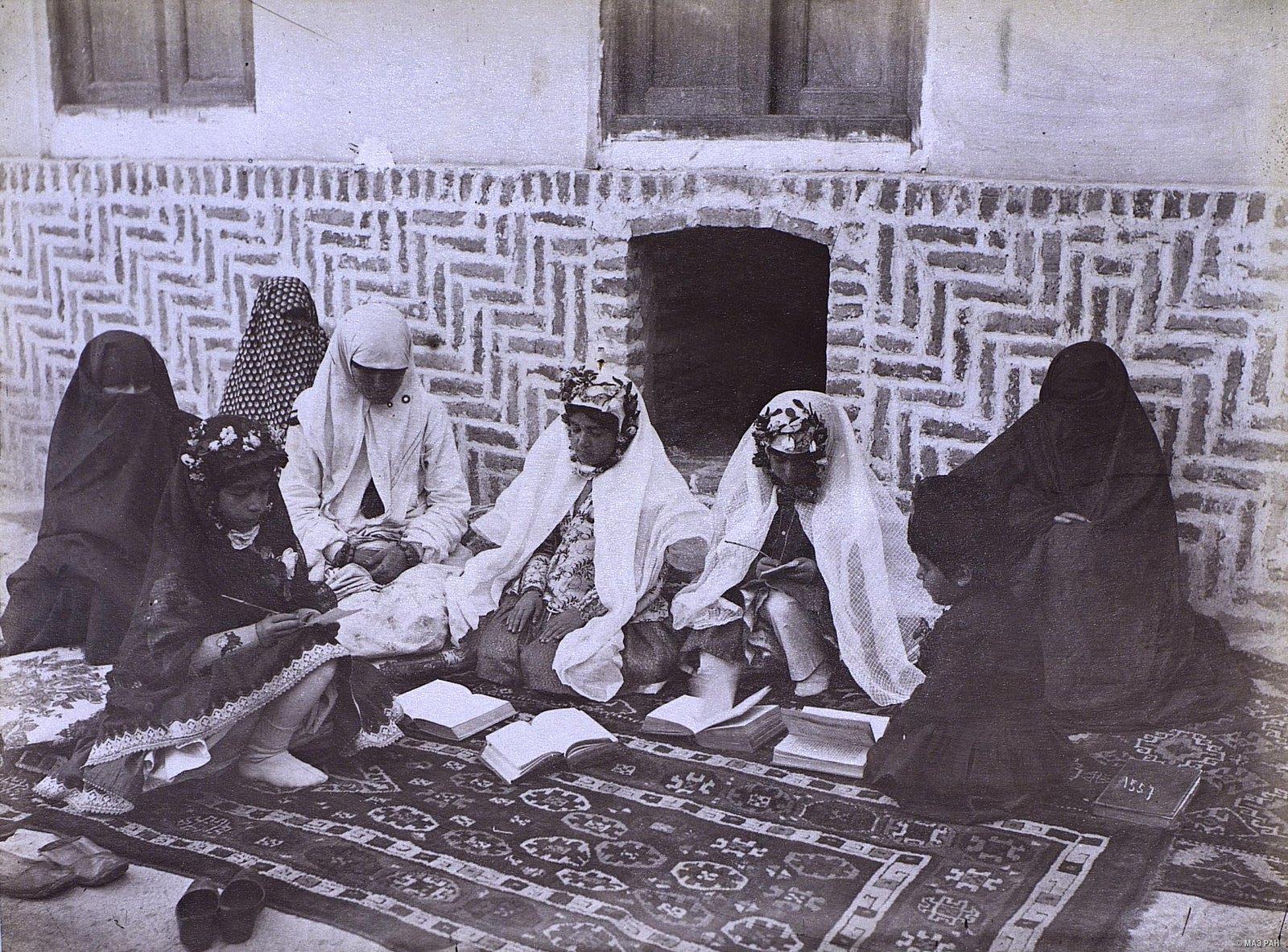 Девочки ученицы во время урока