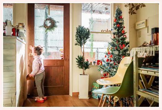 クリスマスのデコレーションに彩られた美容室