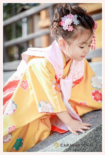 七五三 3歳の女の子 衣装はオレンジの着物 ピンクの髪飾り