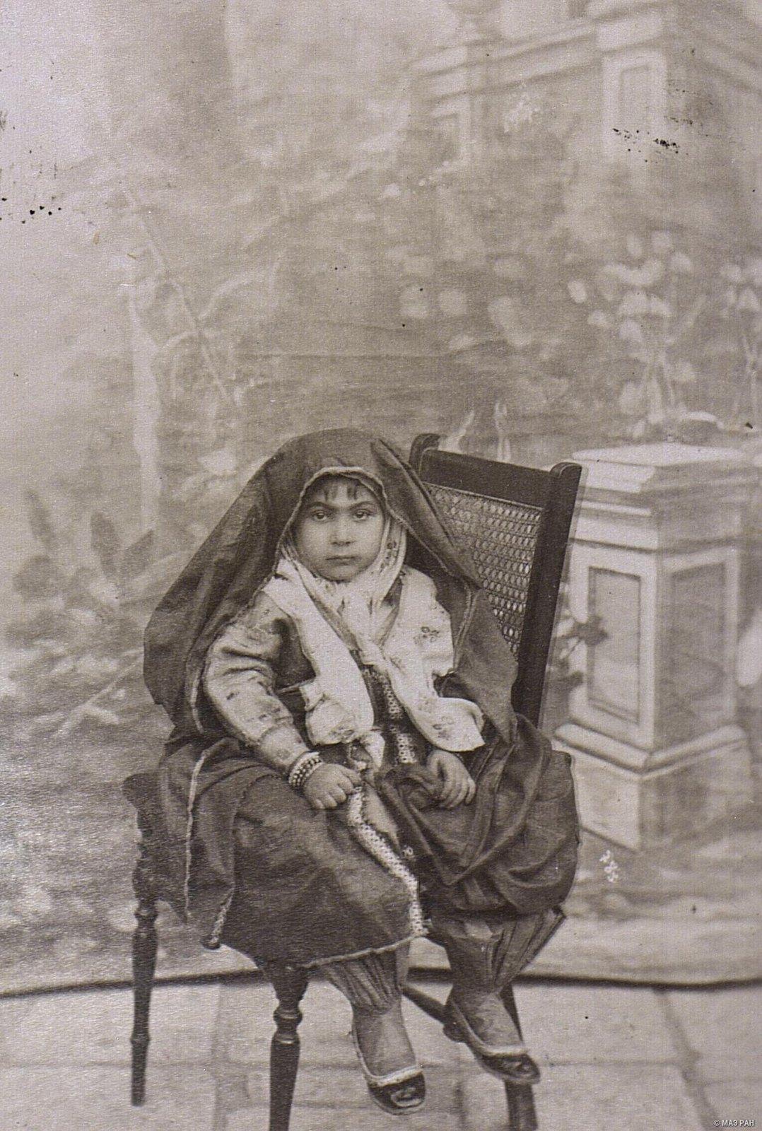 Девочка в костюме взрослой женщины