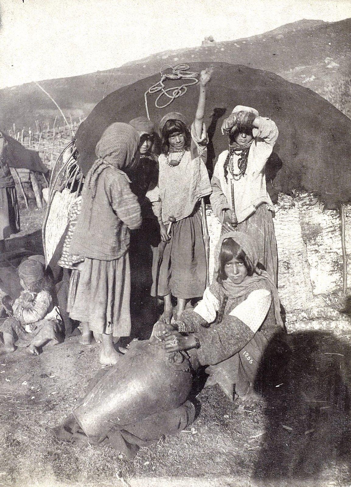 Девочки-лурки возле своего кочевого жилища. Провинция Луристан
