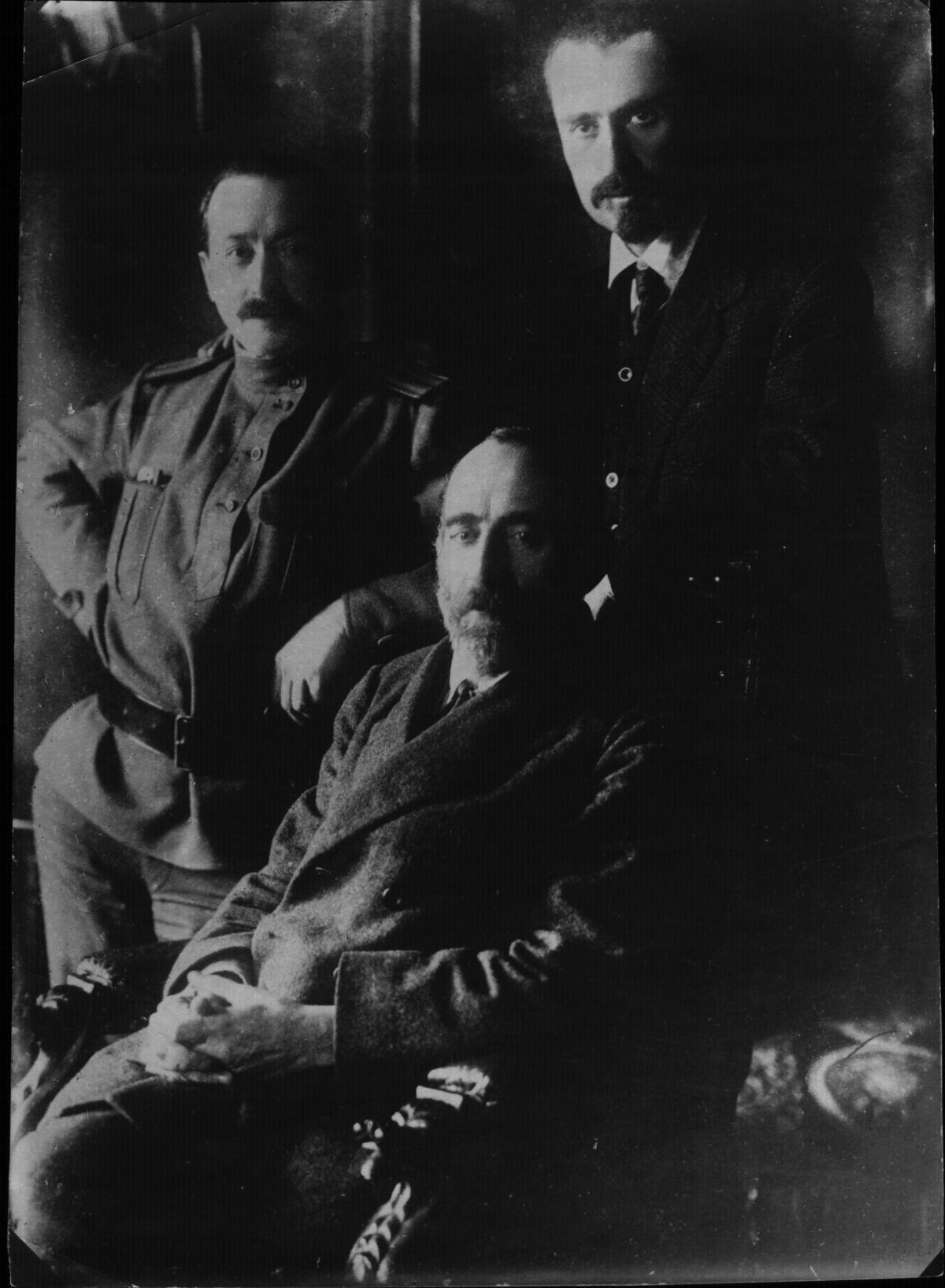 17. Март. Группа меньшевиков (слева направо) Ф. И. Дан, Н. С. Чхеидзе, И. Г. Церетели. Петроград