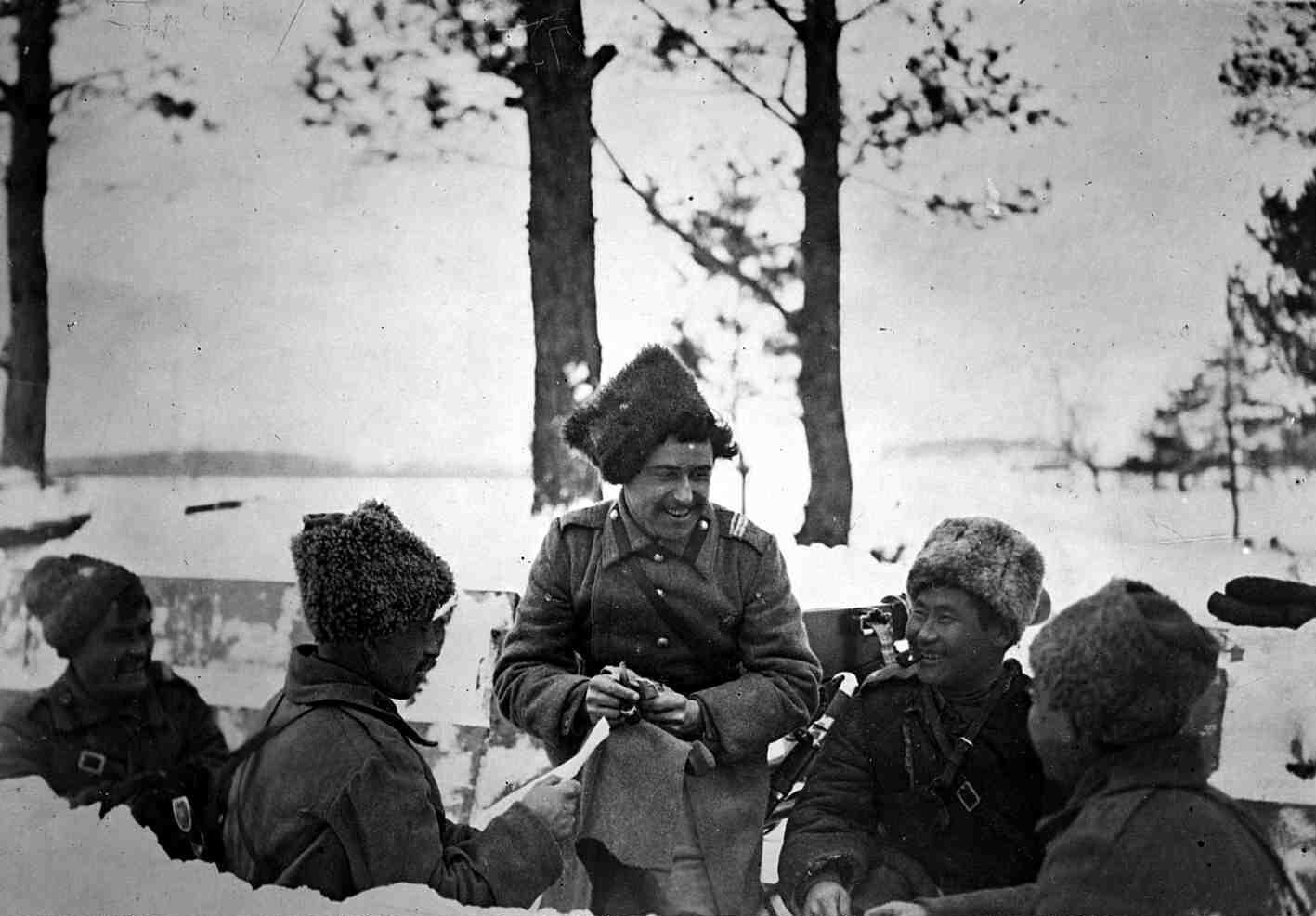 01. 12 марта. Солдаты русской армии в окопах читают сообщение об отречении Николая II от престола