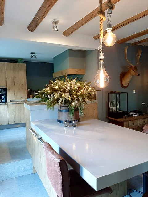 Kerstversiering landelijke keuken met kookeiland