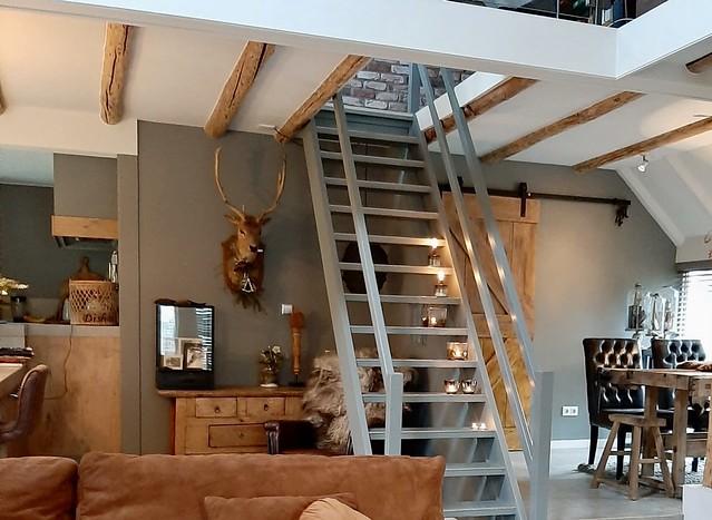 Grijze trap in de woonkamer landelijke woonboerderij