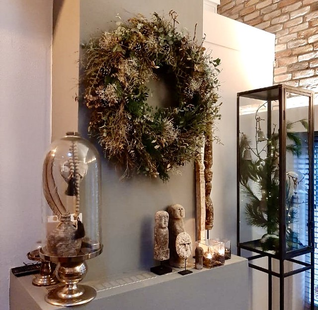 Grote kerstkrans haard glazen stolp stone men ornament schouw