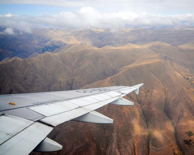 Avión sobrevolando los andes peruanos