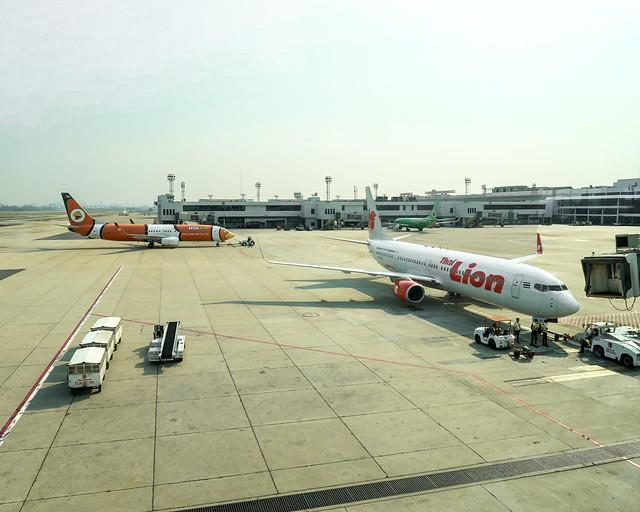 Aviones aparcados en un aeropuerto