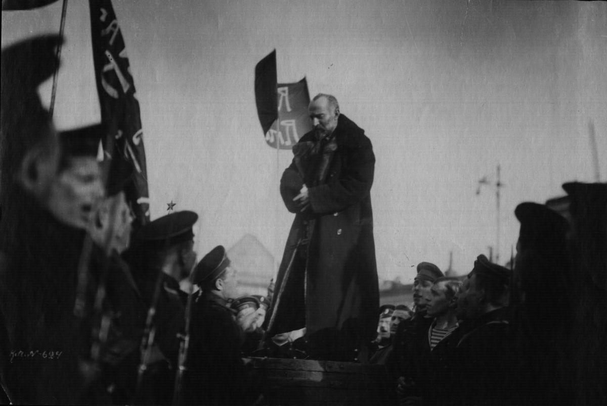 24. Март. Председатель Совета рабочих и солдатских депутатов Н. С. Чхеидзе приветствует прибывшие в Таврический дворец флотские части.