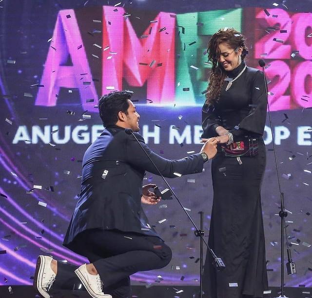 Kejutan Kamal Adli Lamar Uqasha Senrose di Pentas Anugerah MeleTop Era 2020