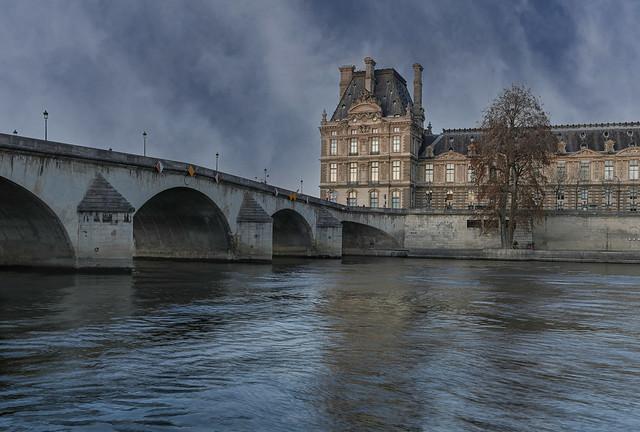 Paris, tombée du jour sur le  pont Royal (1685) et le pavillon de Flore de l'ancien palais des Tuileries (1861)