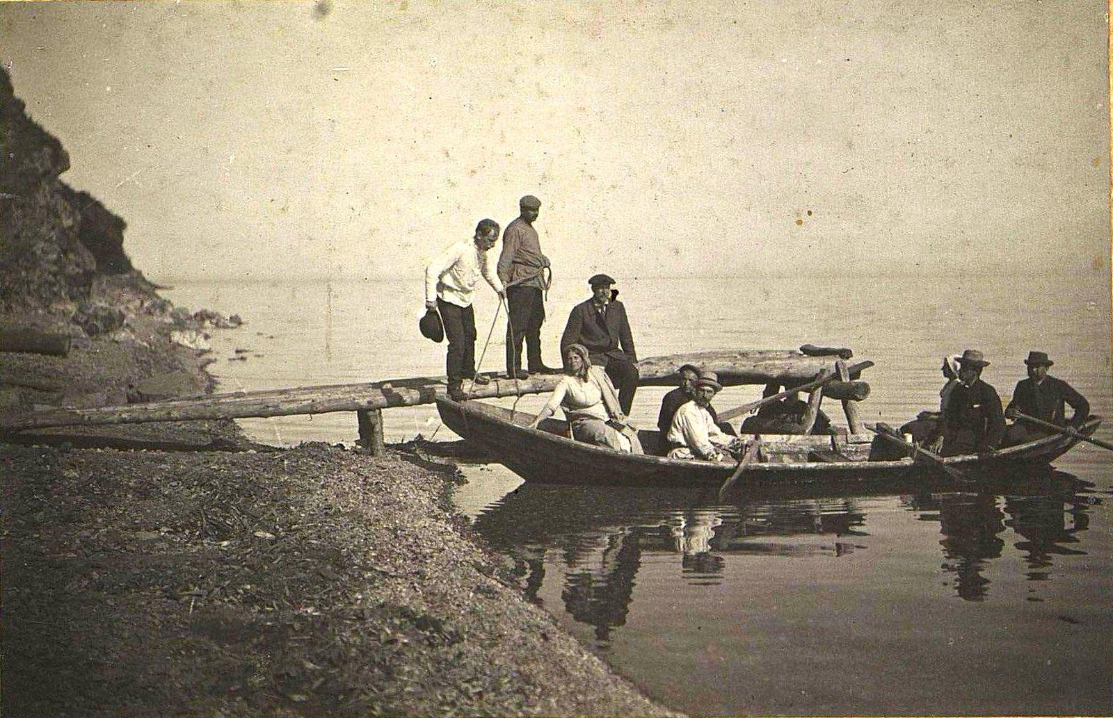 21. Экскурсанты перед катанием на лодке