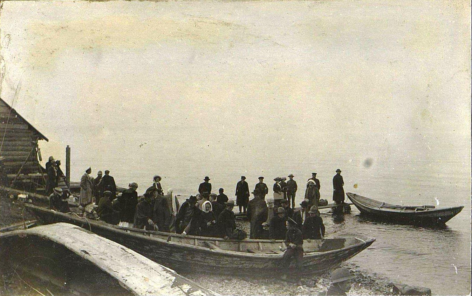 16. Посадка в лодки для переправы