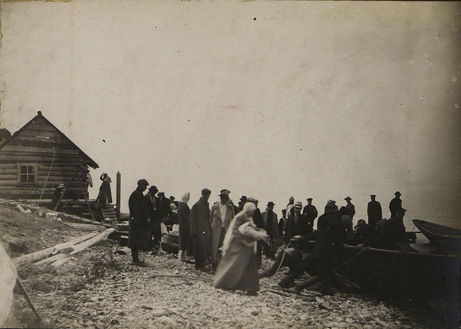 04. Посадка в лодки для переправы через озеро Байкал