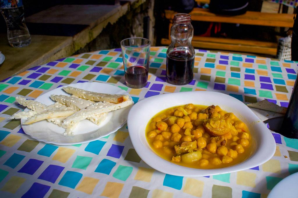 Plato de queso y garbanzas en el guachinche Los Dornajos