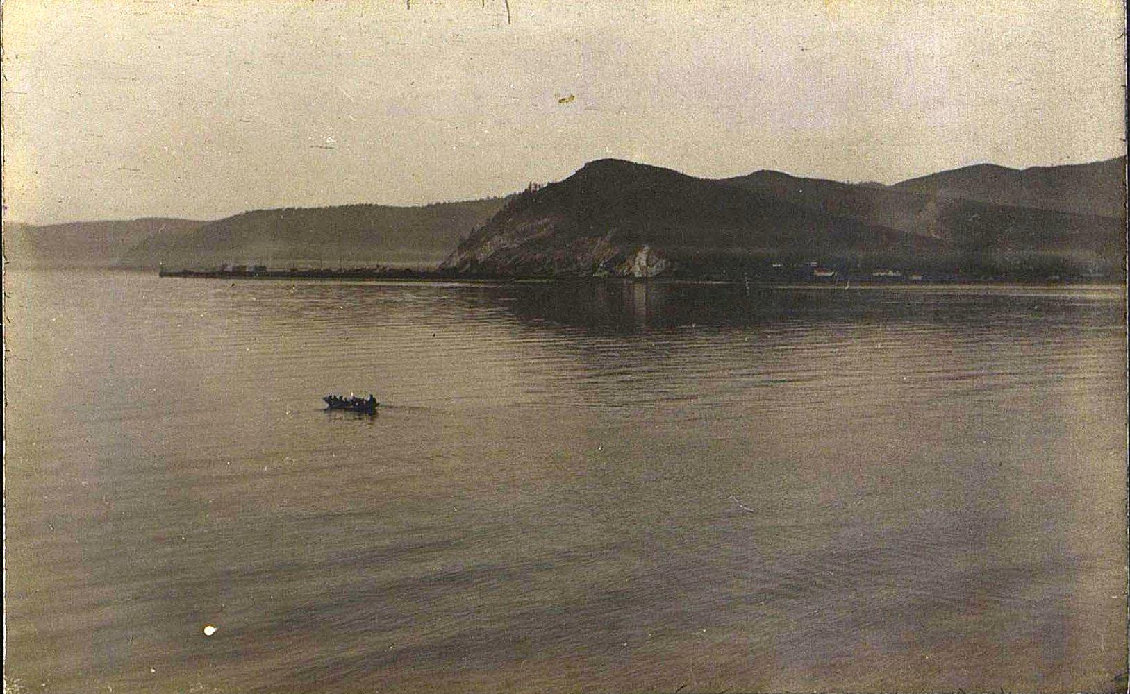 17. Переправа на лодках через озеро Байкал